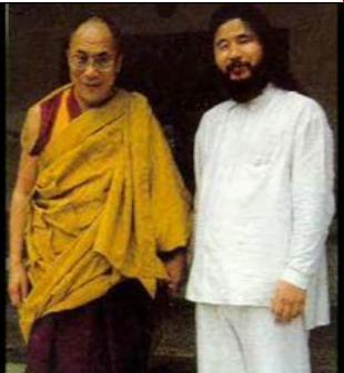 Dalai Lama mit Schoko Asahara